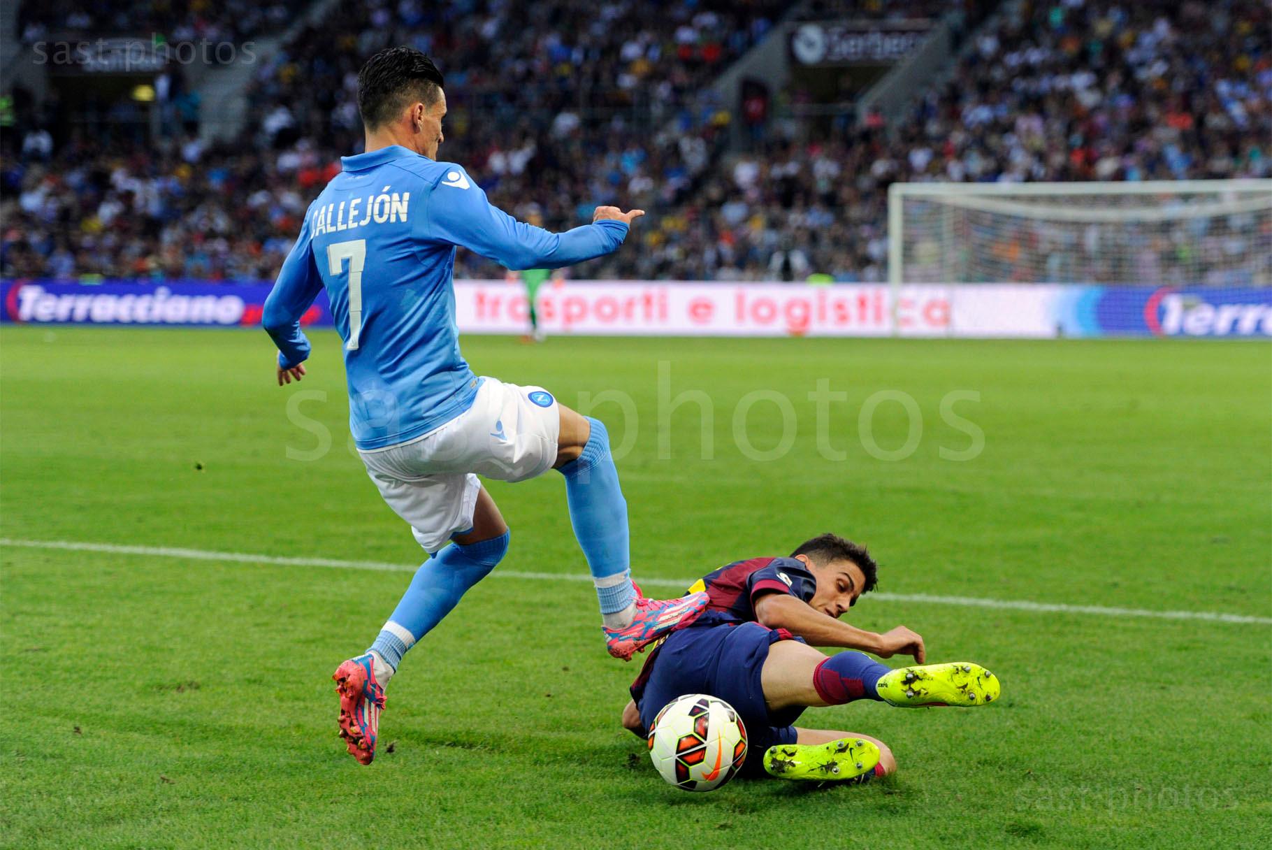 Jose Maria Callejon (L. Napoli) gegen Marc Bartra Aregall (Barcelona)