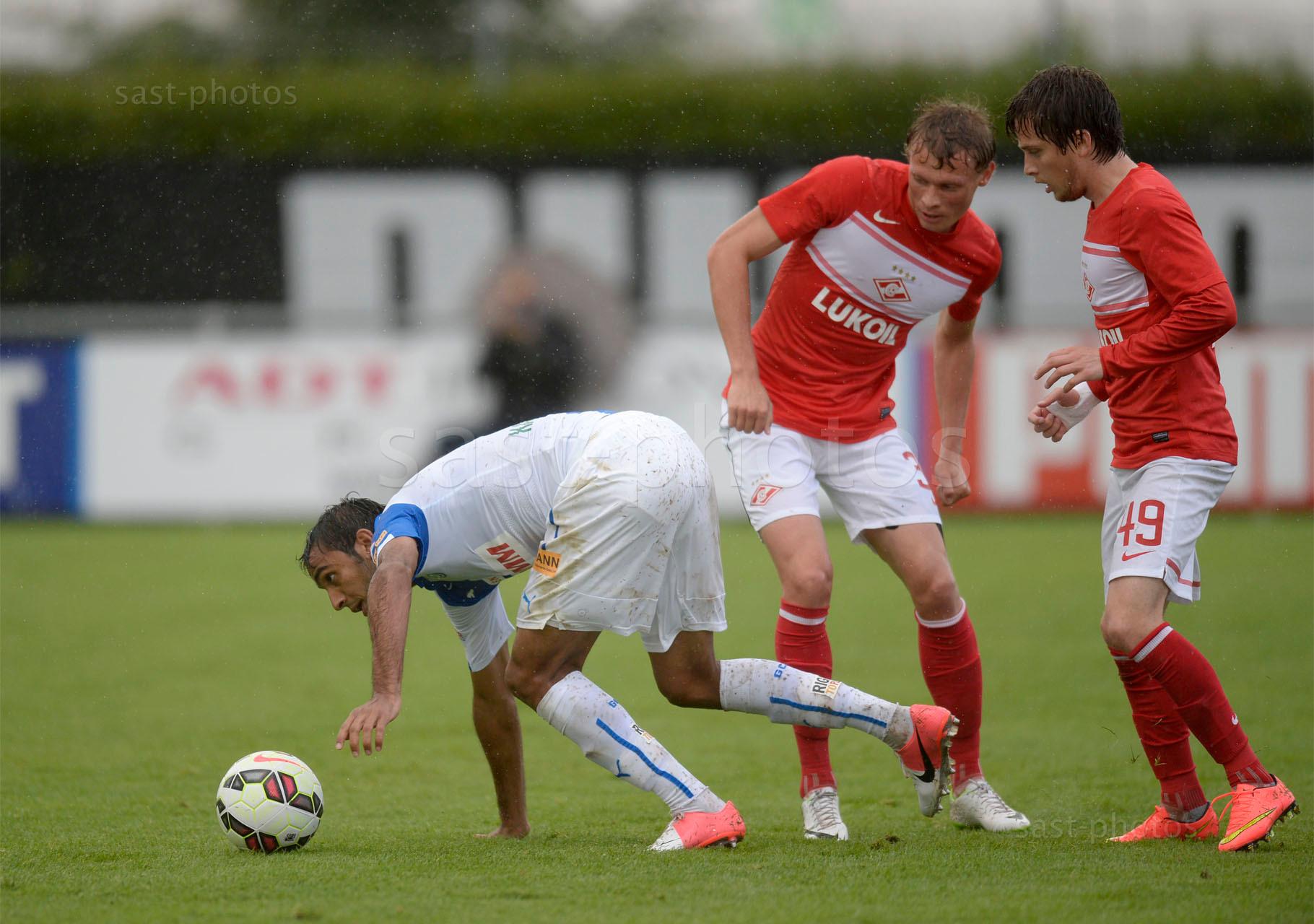 Mahmoud Kahraba (GCZ) gegen Evgeni Makeev (M. Spartak) und Jano Ananidze (Spartak)