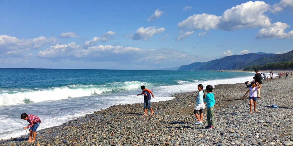 ヒスイ海岸で遊ぶ子どもたち
