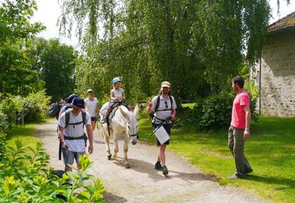 Eine Familie wandert mir einem Esel im Limousin (Frankreich)