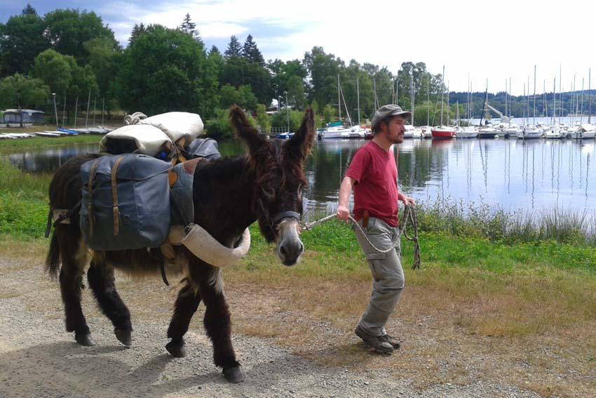 Mit einem Esel um einen See wandern