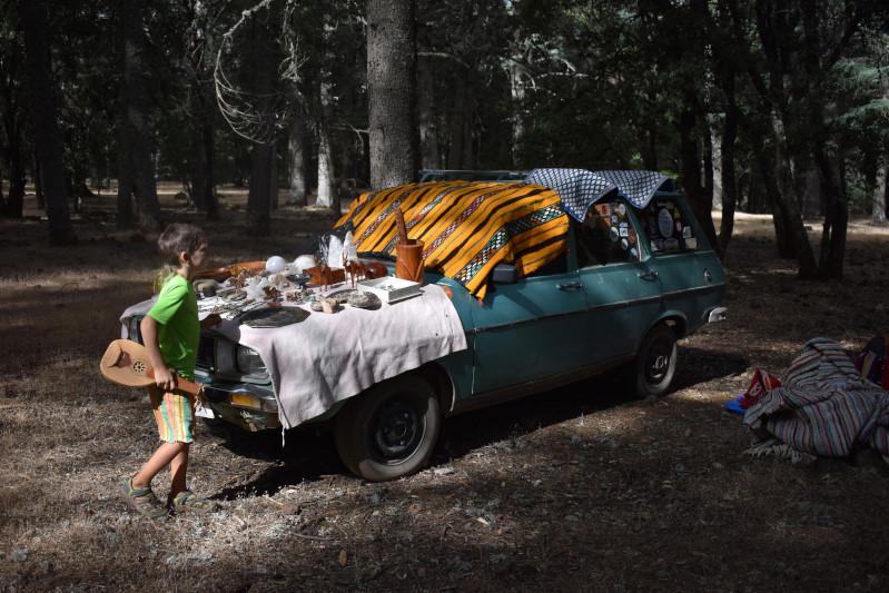 die Händler kommen in den Wald gefahren und breiten ihre Waren vor uns aus