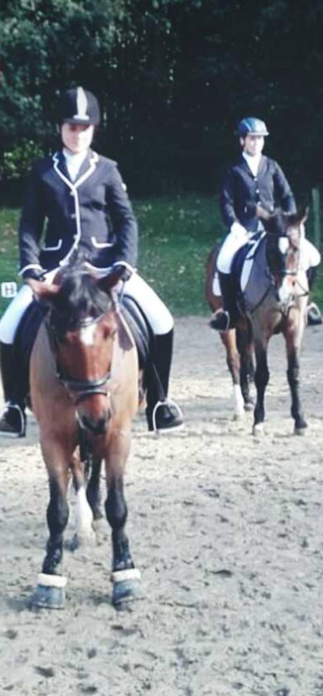 vorne: Finja Herrmann & Bodo, hinten: Sophie Neumann & Lagos (E-Dressur)