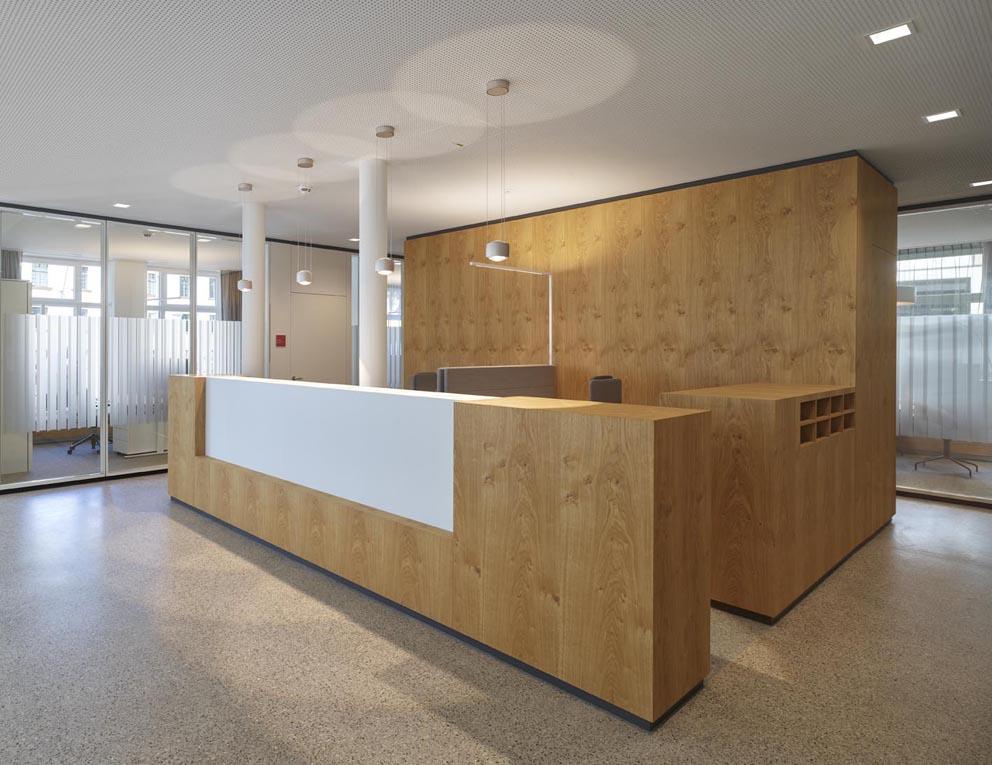 Objekteinrichtung eines Arbeitsplatzes aus Holz der Schreinerei Fendt in Untrasried
