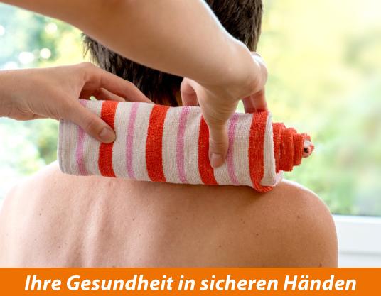 aufgerolltes Handtuch mit heißem Wasser zur Massage