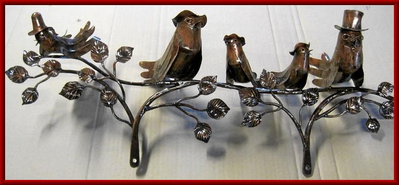 getriebene Kupfervögel auf einem Zweig zur Befestigung am Geländer usw.
