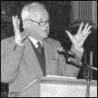Англиканский священник Джон Стотт, ведущий автор Лозаннского соглашения, выступает на конгрессе