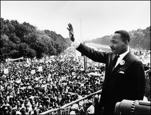 """Мартин Лютер Кинг обращается к народу со ступеней Мемориала Линкольна, где он произнес речь """"У меня есть мечта"""" во время марша на Вашингтон 28 августа 196"""