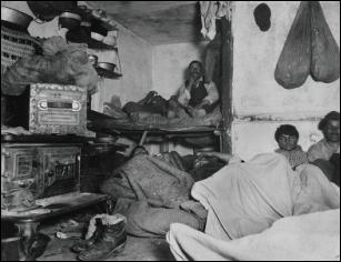 """""""Пять центов место"""" (""""Five Cents a Spot""""). Жильцы переполненной квартиры в трущобе Байярд Стрит, Нью-Йорк (Якоб Риис, 1889)"""