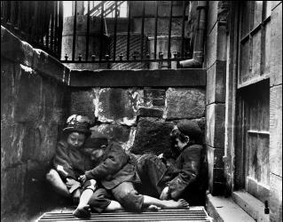 Бездомные дети спят на улице, Малбирри Стрит, Нью-Йорк, Манхэттен (Якоб Риис, 1890)