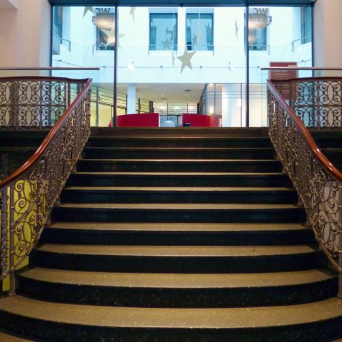 mit Treppe oder Aufzug