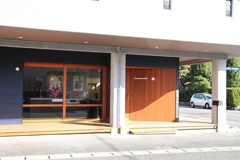 事務所の外観です。素敵な木製の扉でお出迎え。