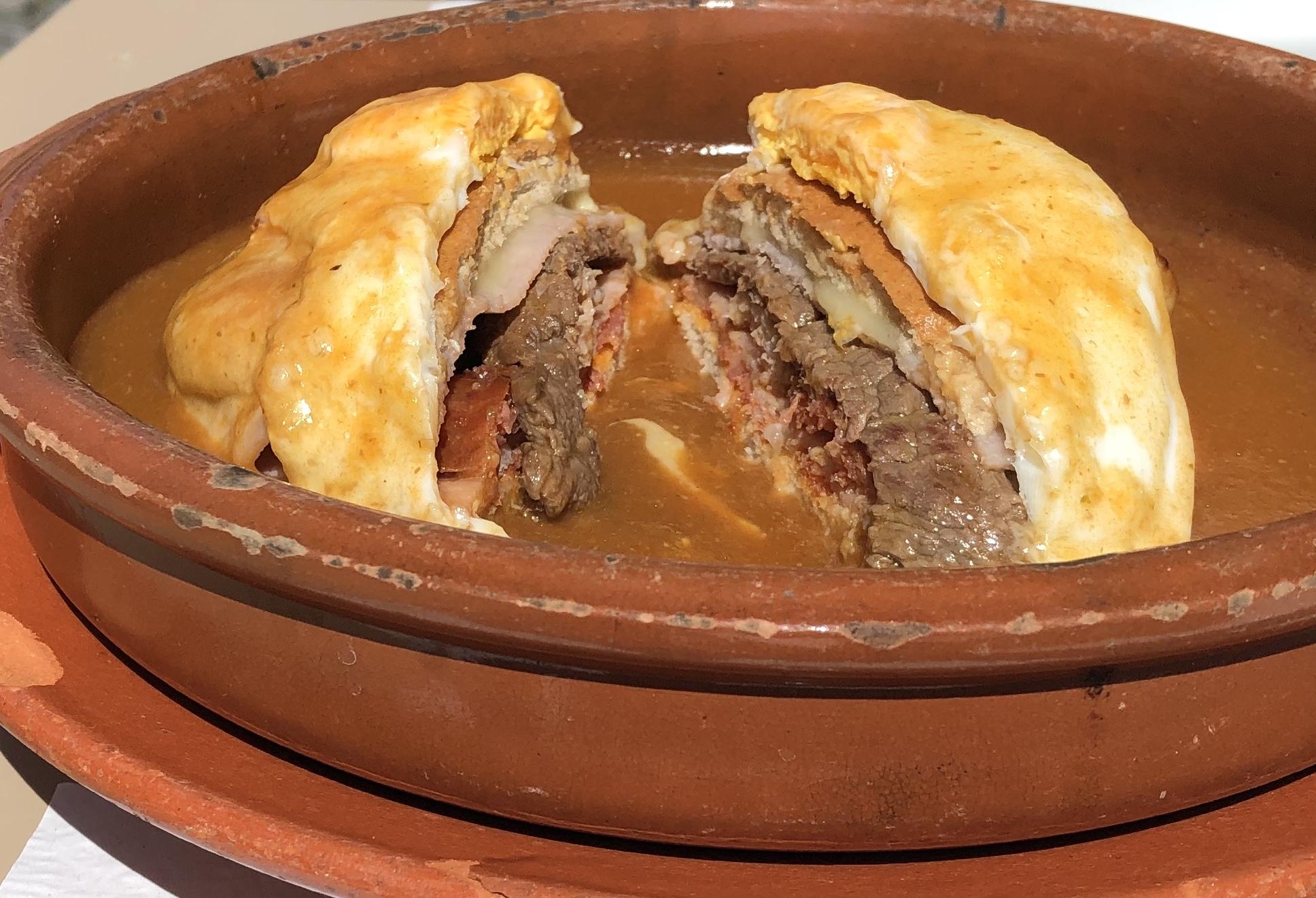 Francesinha - ein typisches Gericht aus Porto als Vorspeise zum Teilen