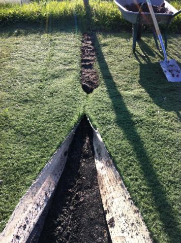 Kunstrasenkanten eingraben