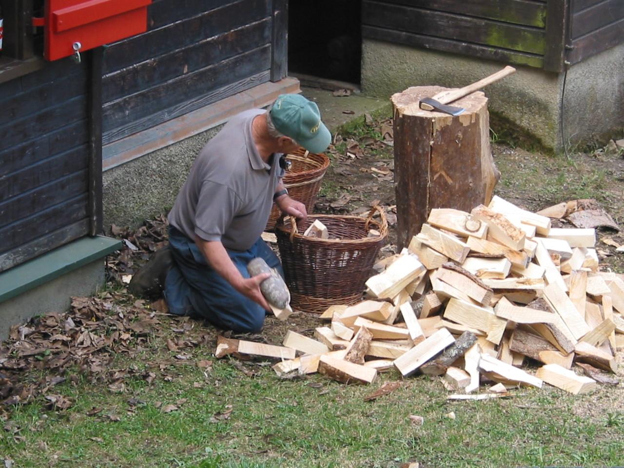 Mit Holz wird geheizt