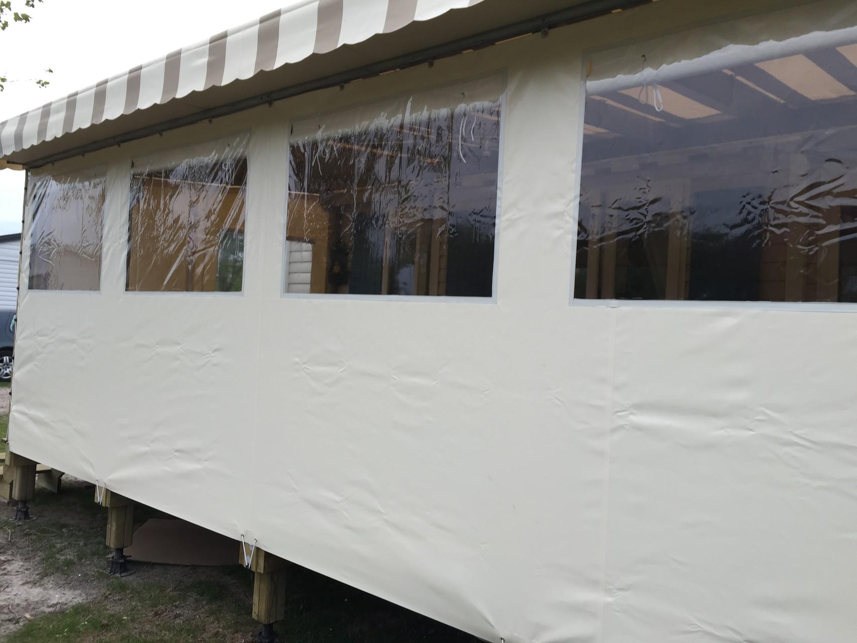 """Terrasse entièrement couverte sur 6 mètres coloris """"Vanille"""" et """"marron pastel/crème"""""""