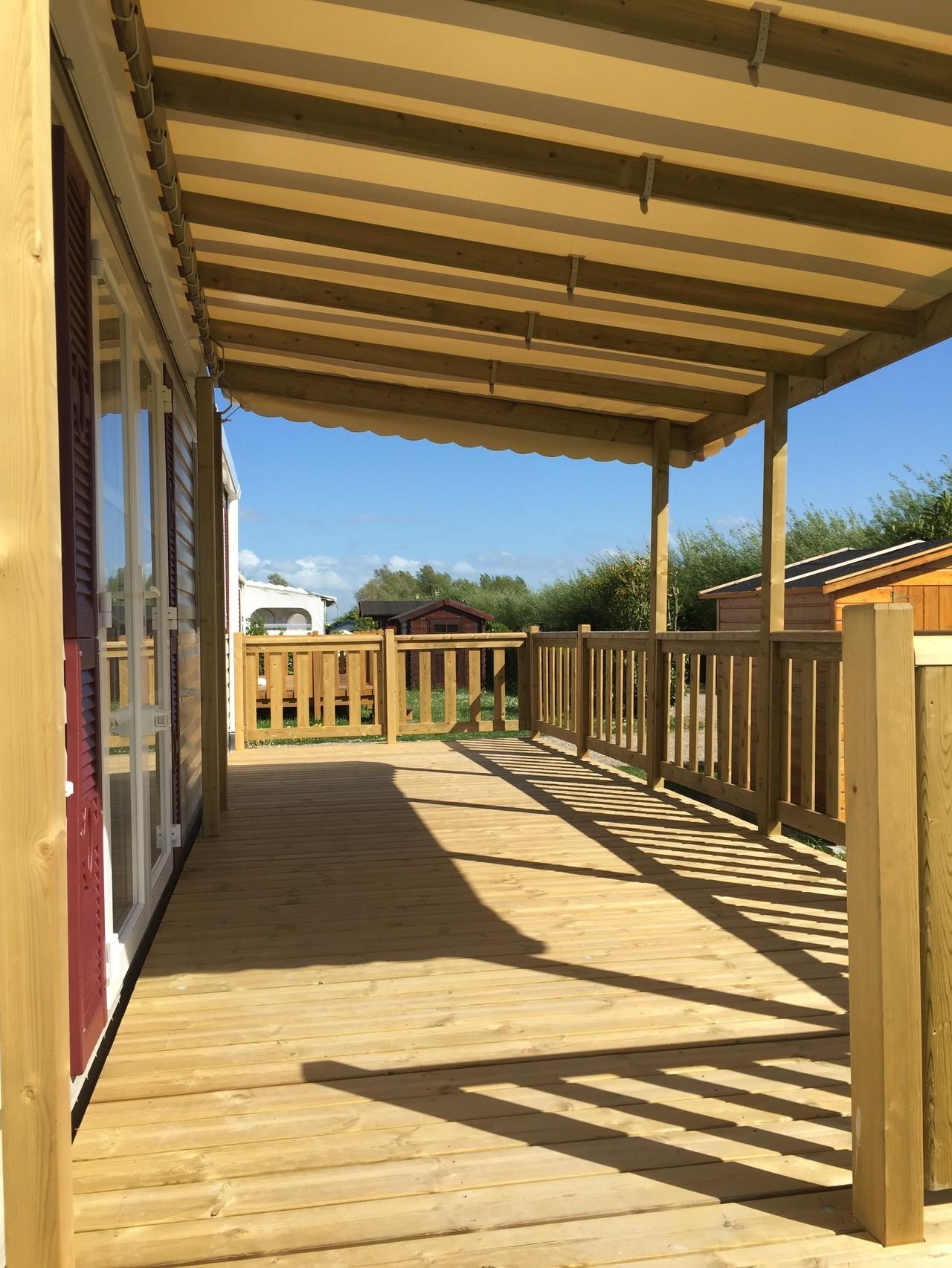 """Terrasse couverte sur 4,50 m coloris """"Bordeaux/crème"""""""