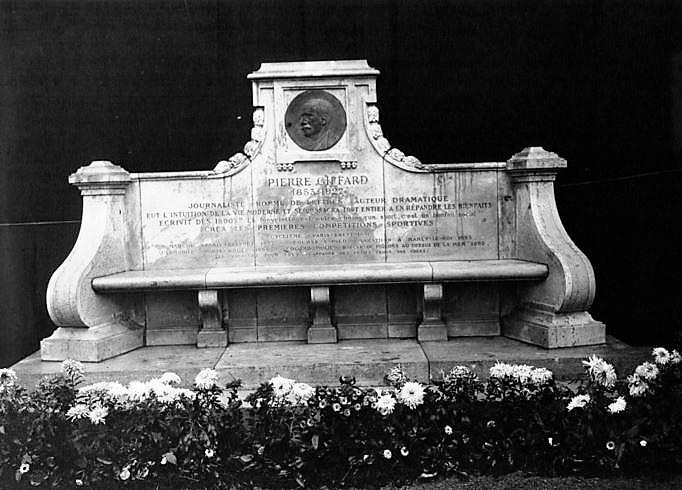 Monument tel qu'il était à l'origine. Le médaillon a aujourd'hui disparu.