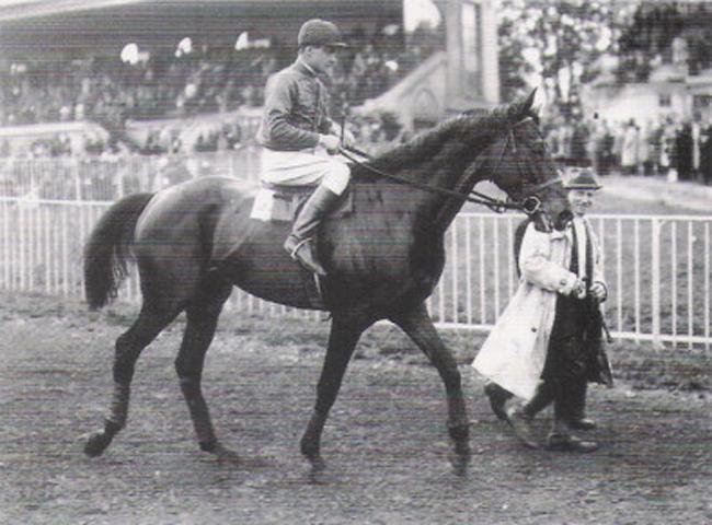 Alec Head, gagne la Grande Course de Haies de Auteuil en 1946 sur Vatelys entraîné par son père William