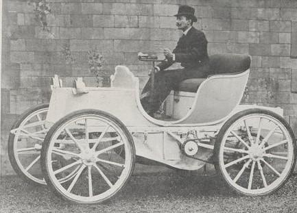 """La voiture électrique """"La jamais contente"""" avec son pilote"""