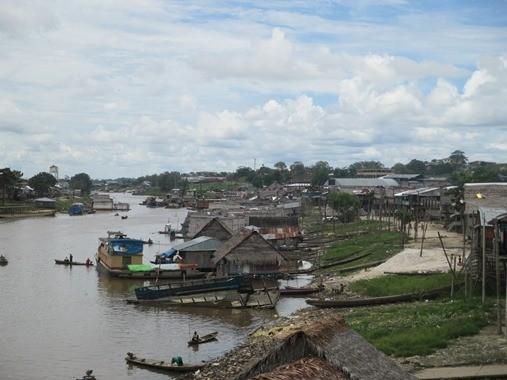 Ein Stadtgebiet von Iquitos, Belen, die Wasserstadt auf Flößen mit Stegen verbunden