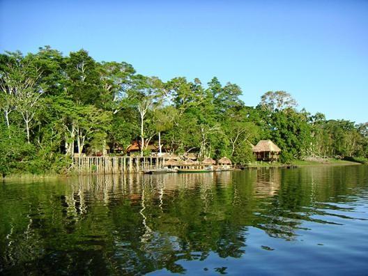 Typische Urwaldlodge am Ufer des Yarinacochasees