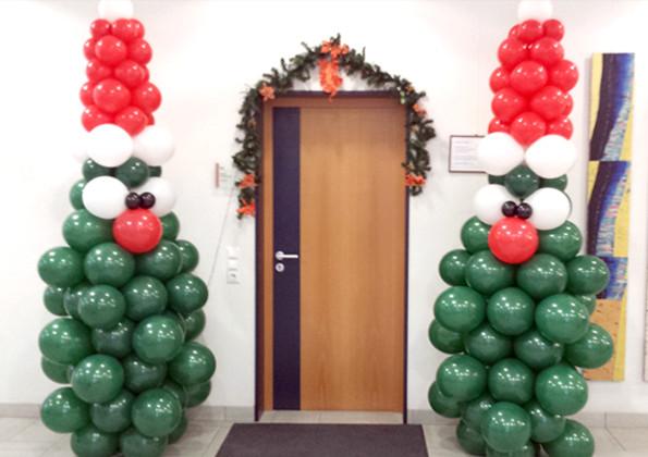 Ballonweihnachtsbäume als Eingangsdekoration Rathaus Titisee-Neustadt