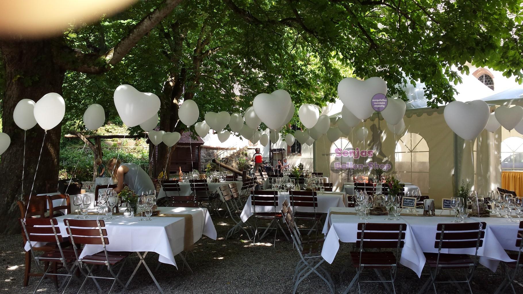 Heliumherzen Gartendekoration (Herzballon einzeln 2,30 €)