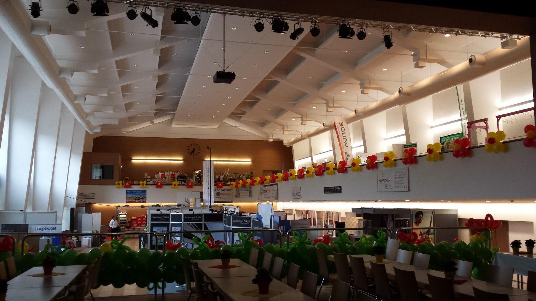 Ballonblumen als Verzierung der Empore Gewerbeschau Bräunlingen 2015