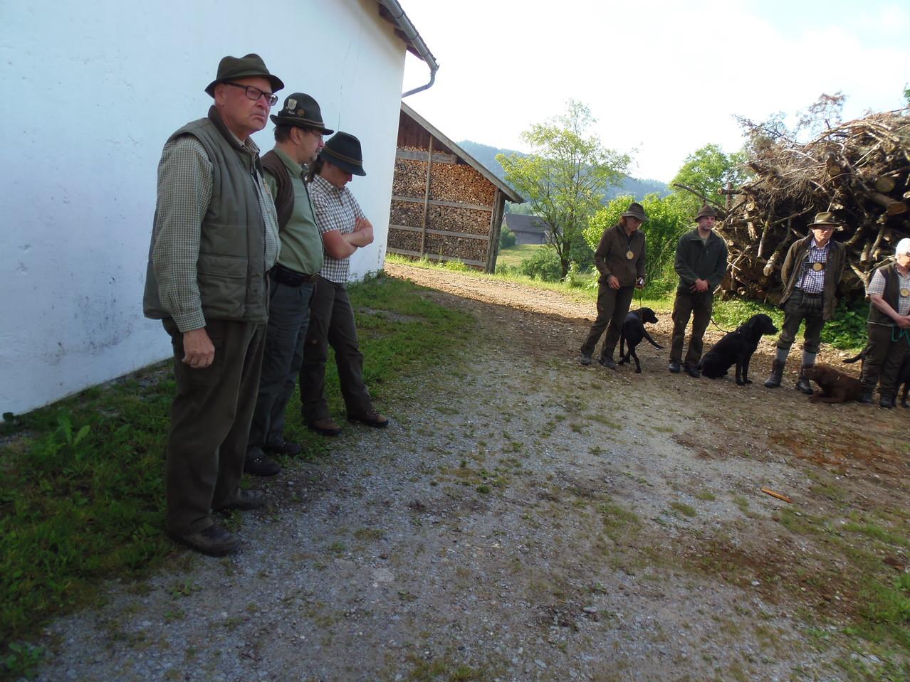 Leistungsrichter Eckl Hans und unsere Revierführer Christine und Schoß