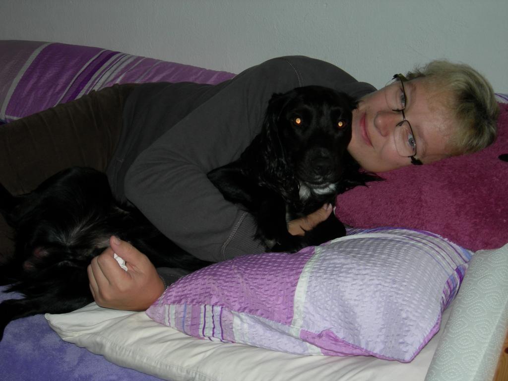 Billy darf auch mit ins Welpen Zimmer und mit mir im Bett kuscheln!!