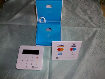 Le câble USB, la notice et la pancatre avec les logos de cartes bancaires sont fournis.