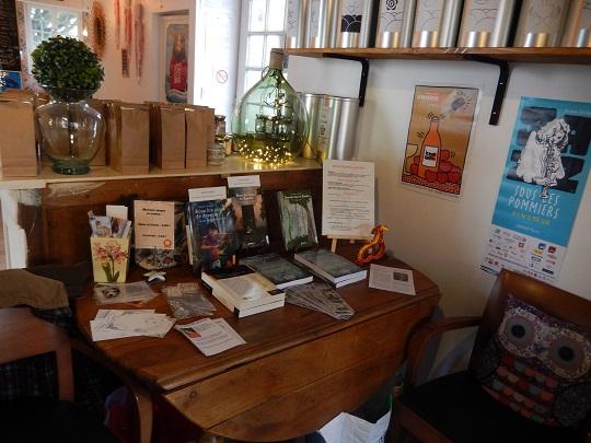 """Mes livres et marques-page faits main. On apperçoit l'affiche pour le célèbre festival """"Jazz sous les pommiers"""", un évènement incontournable à Coutances."""