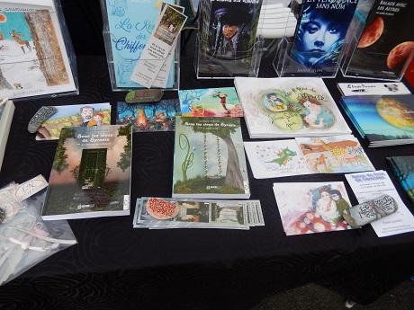 Mes livres, noyés parmi les nombreux ouvrages et cartes de Jeanne Sélène !