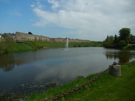L'étang de Torigni-les-Viles, et le mur des Grimaldi.
