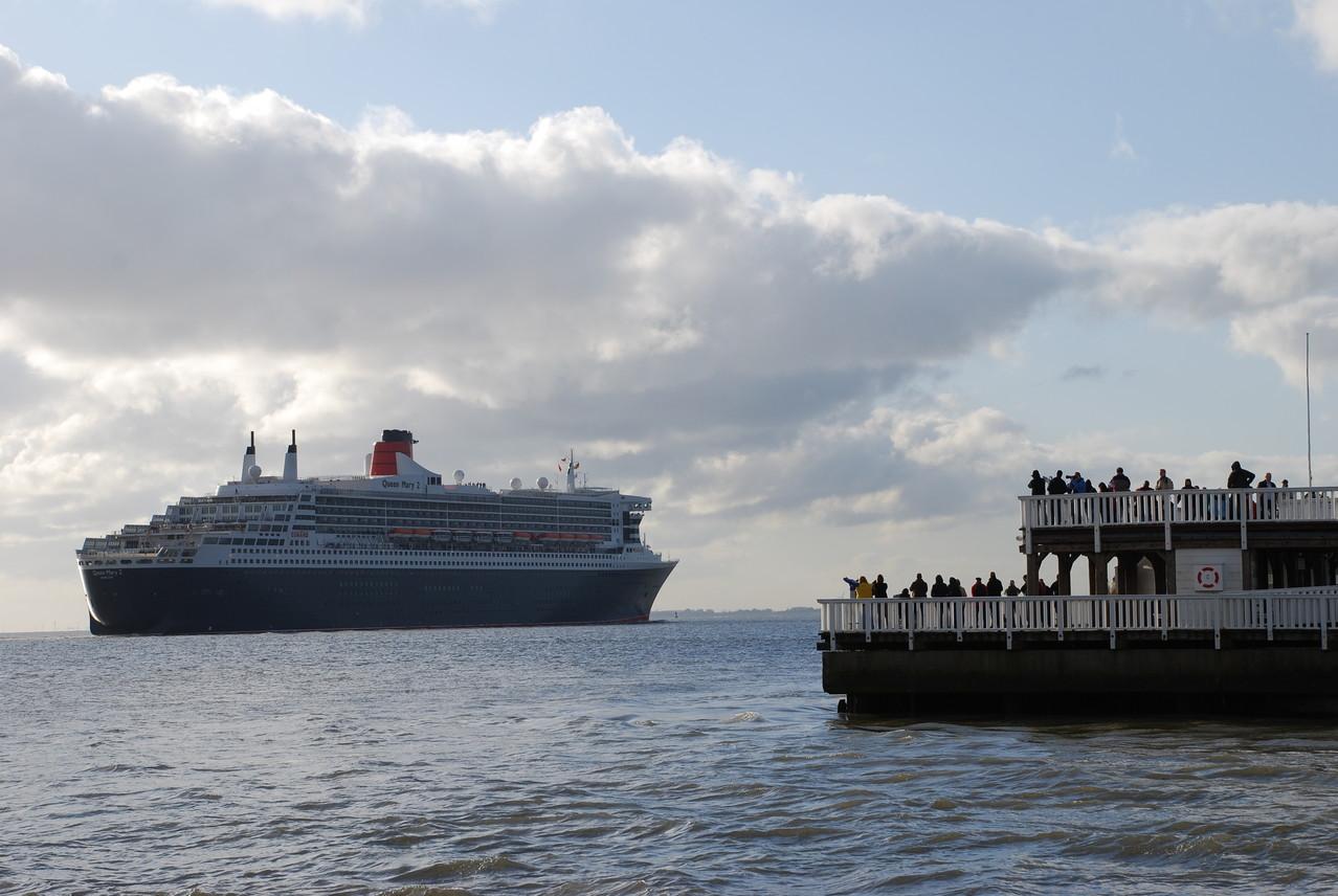 """Queen Mary 2 an der """"Alten Liebe"""""""