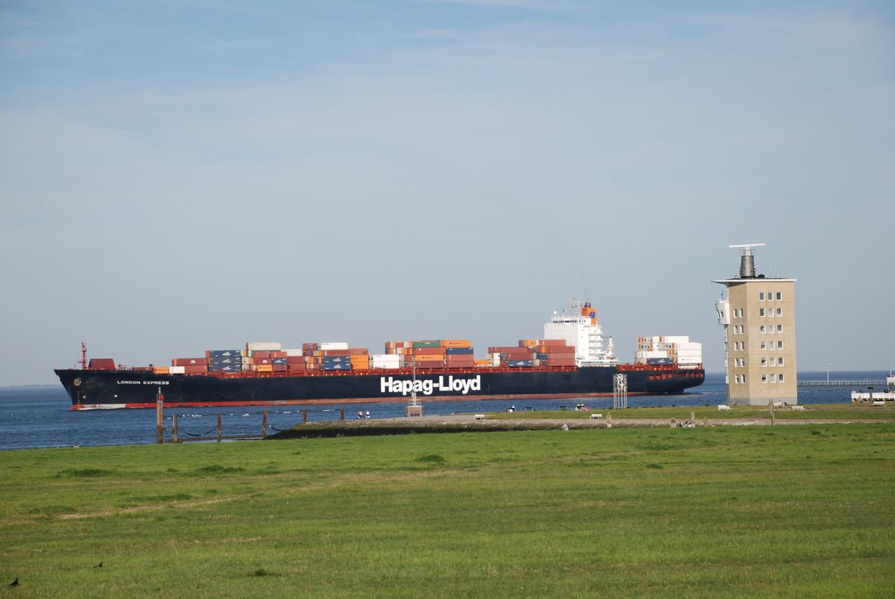 """Containerschiff an der """"Alten Liebe"""""""