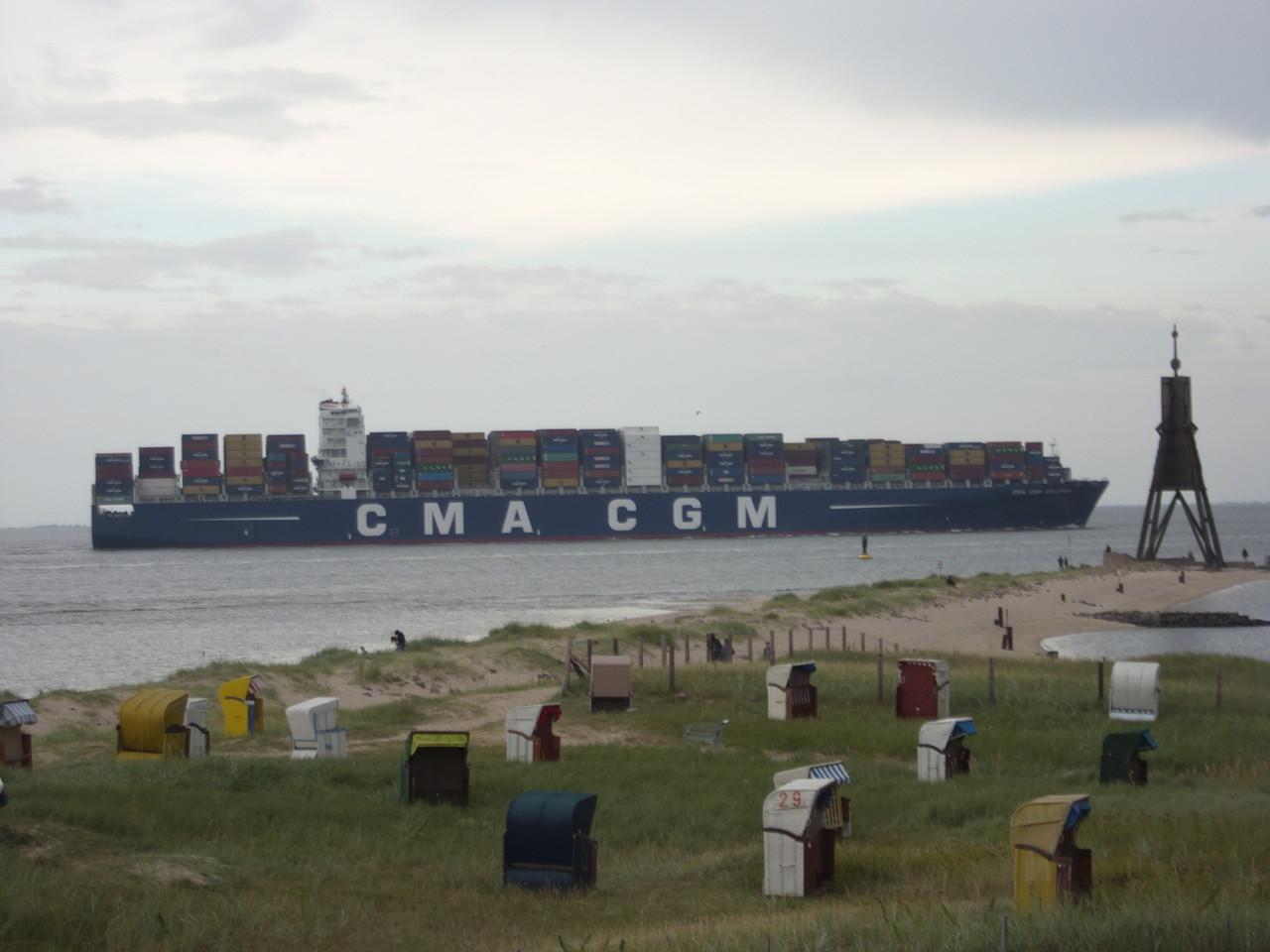 Containerschiff am Strand von Döse