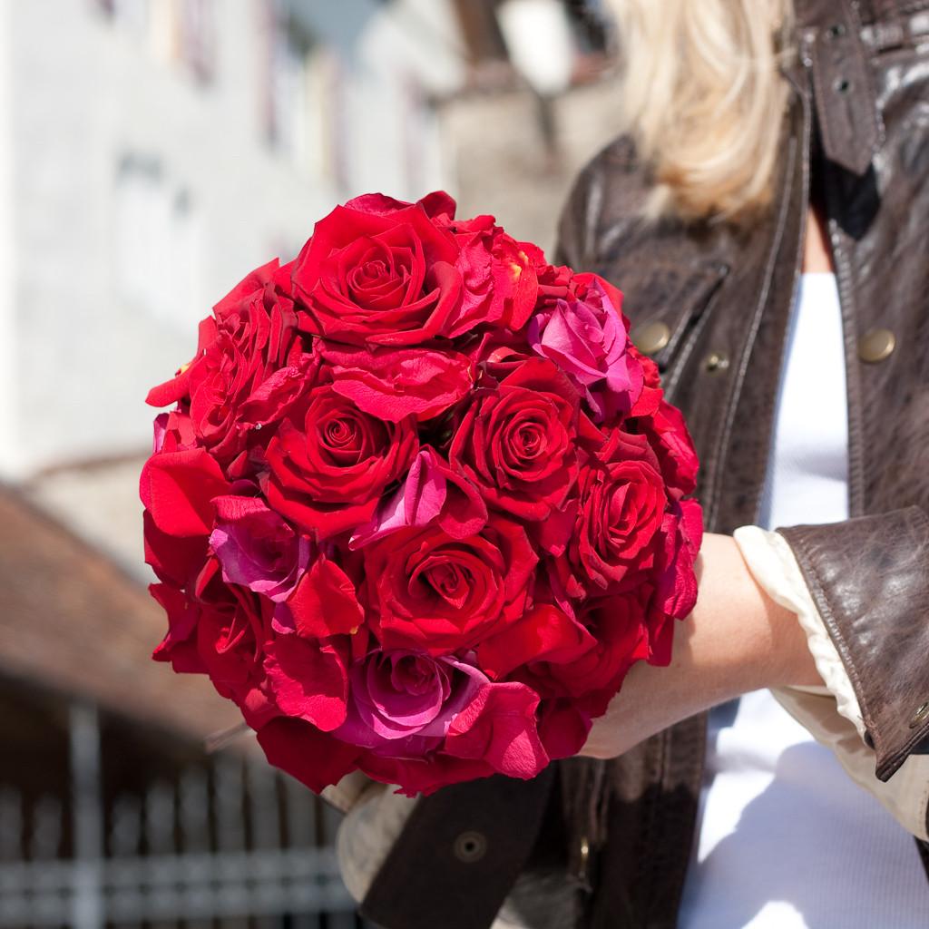 Brautstrauss aus roten Rosen mit Butterflyblütenblätter  |  190 CHF