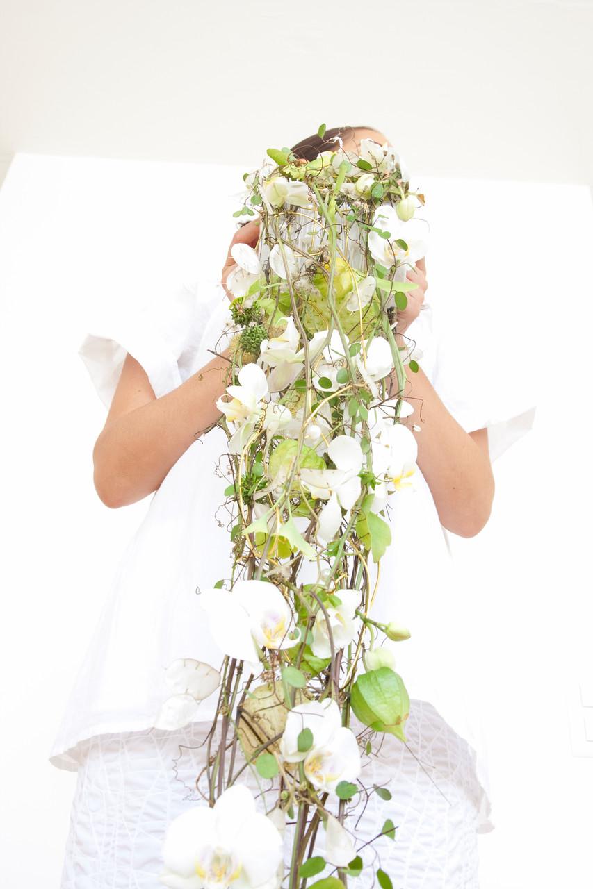 Abfließender Blütenmuff mit weissen Phalaenopsisorchideen und gemischten Blüten  |  230 CHF