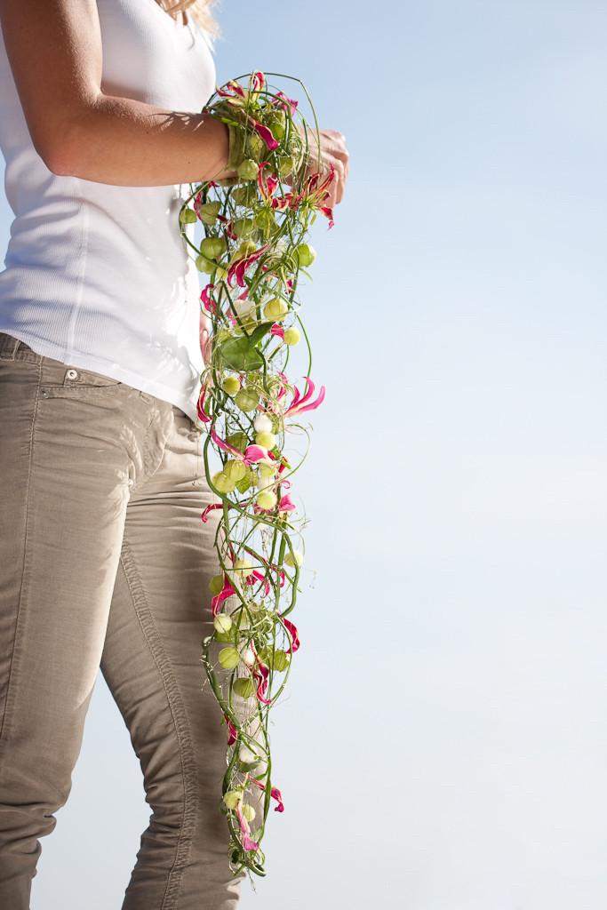 Brautstrauss auf Armreif gebunden mit filigranen Gloriosablüten  |  210 CHF