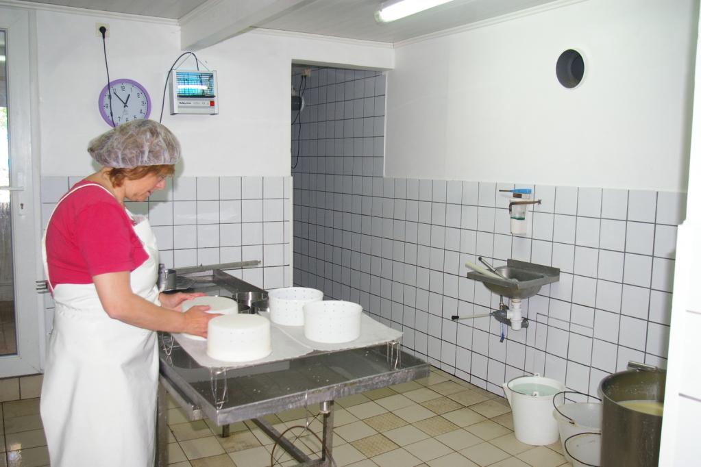 Fabrication du fromage par la propriétaire