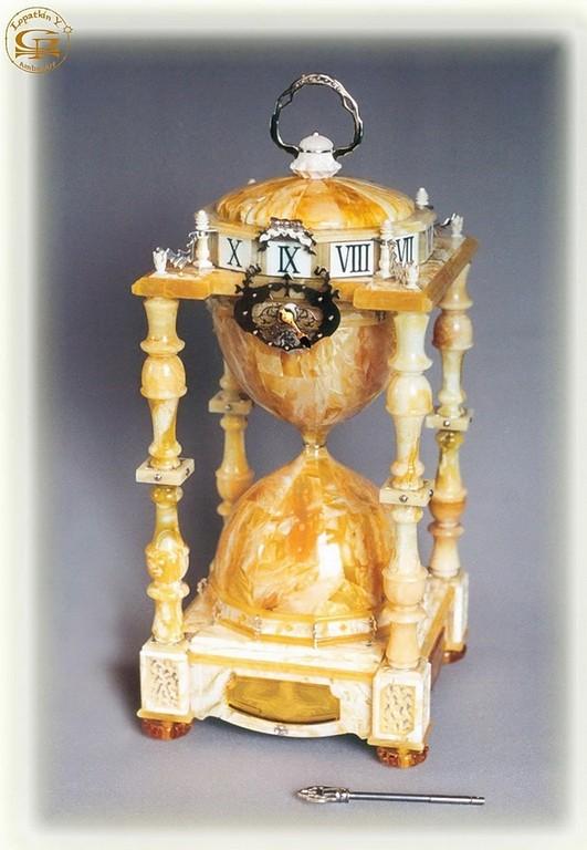"""Часы в янтарном футляре-серии""""Песочные"""" .2001.Настольные механические."""
