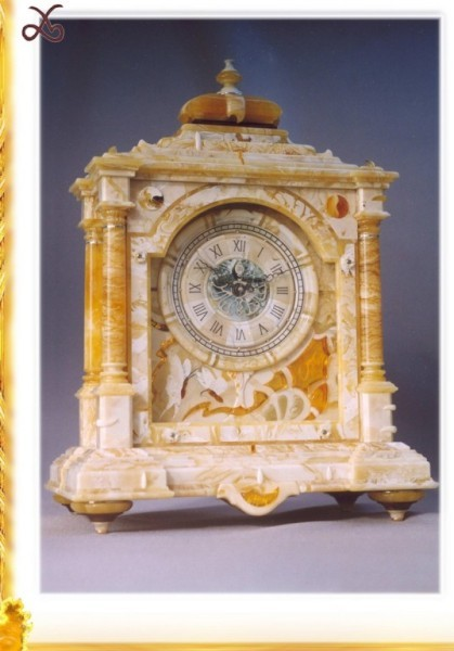 Часы в футляре из янтаря, настольные, механические. 1995