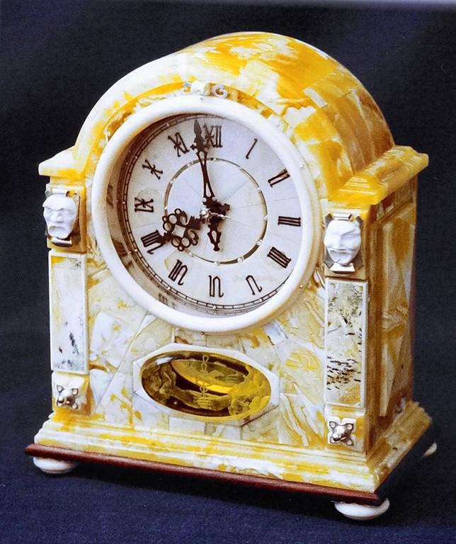 """Часы в янтарном футляре """"Маски"""" .1998.Настольные механические."""