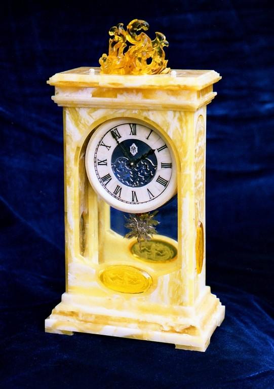 """Часы в янтарном футляре """"Маяк"""" .1999.Настольные механические."""