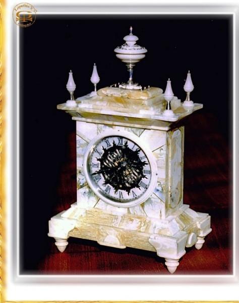 """Часы в янтарном футляре """"Вероника"""" .1997.Настольные механические."""