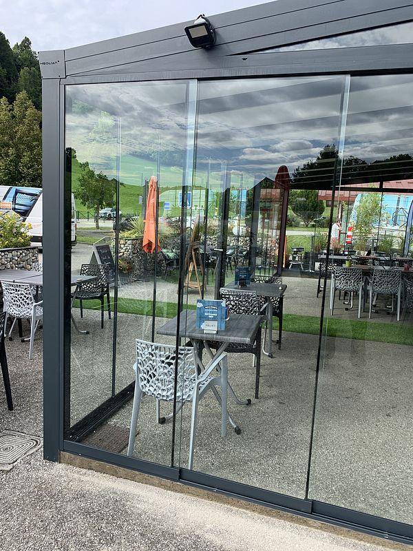 pergola fermée avec parois vitrées