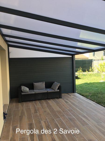 Pergola en aluminium avec une toiture en polycarbonate ou panneaux sandwich Isotoit