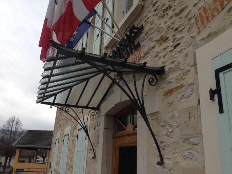 Les marquises sont des auvents vitrés dont la fonction principale est de protéger une porte d'entrée